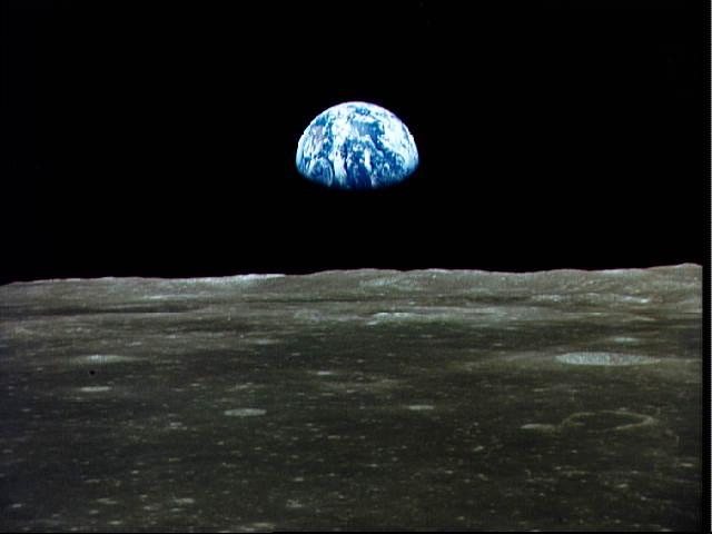 Una suggestiva immagine della Terra ripresa dalla Luna