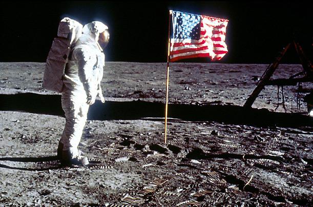 Aldrin rende omaggio alla bandiera Americana. Questa foto viene presa come prova del falso allunaggio. Come fa la bandiera a sventolare senza vento? Nessuno ha visto un'asta orizzontale?