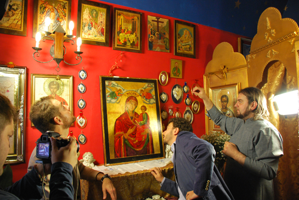 Daniele Bossari, Massimo Polidoro e Padre Avondios mentre analizzano l'Icona nella Chiesa Ortodossa di San Nicola