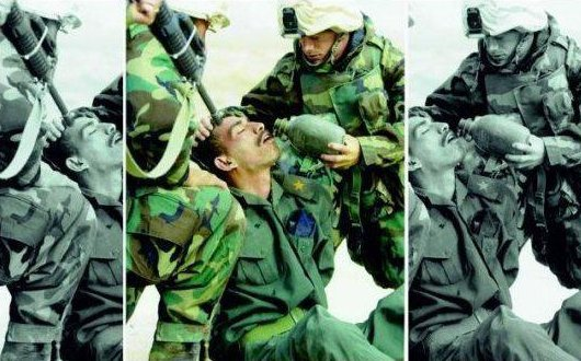 I soldati stanno aiutando o minacciando?